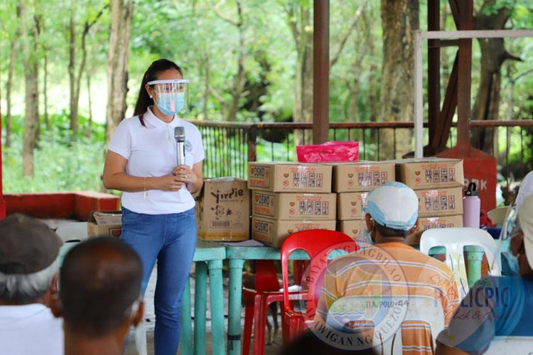 Distribution of Food Packs - Ila. Polo